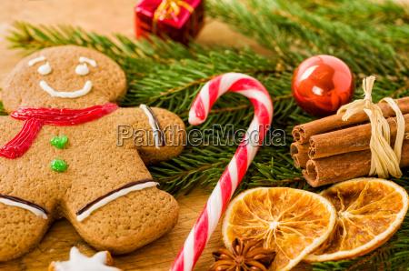 weihnachtsdekoration mit einem lebkuchenmann