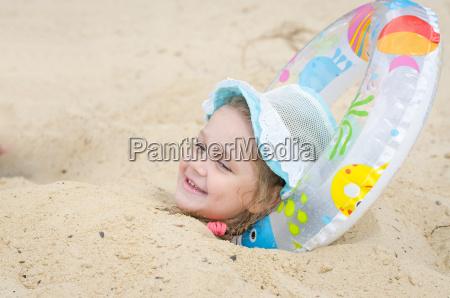das maedchen wurde in den sand