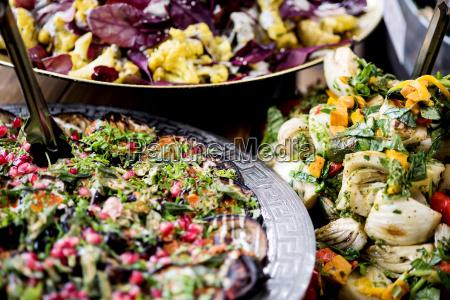 eine auswahl an salaten auf einem