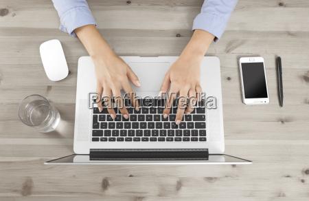 haende arbeiten mit laptop