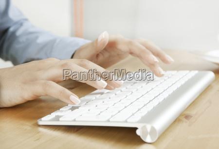 schoene finger mit tastatur