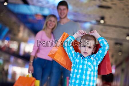junge familie mit einkaufstueten