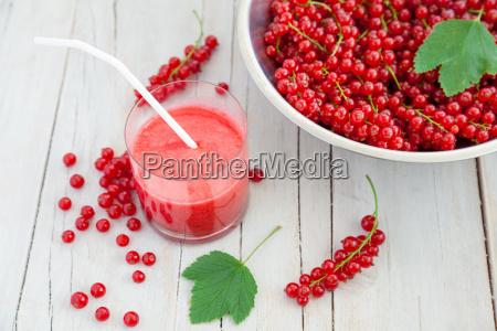 frische und gesunde rote johannisbeere smoothie