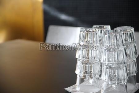 sauber trinkglaeser auf einem schwarzen tisch