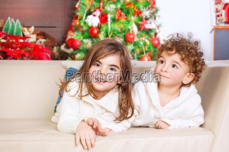 bruder und schwester geniessen weihnachten