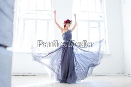 die schoene ballerina tanzt im langen