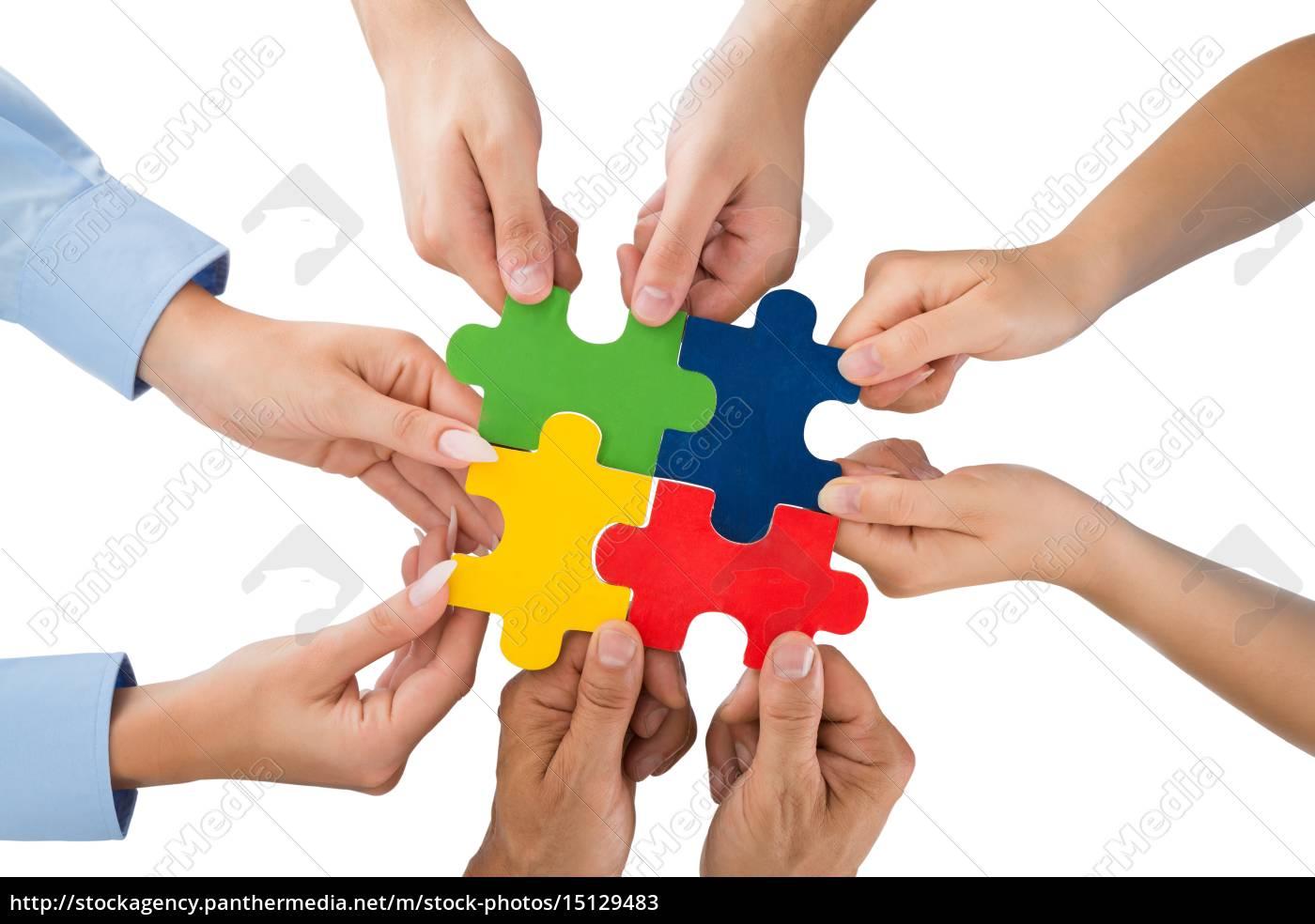 menschen, hand, in, hand, jigsaw, pieces - 15129483