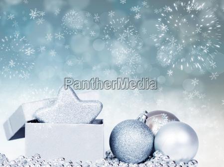feiertagshintergrund mit funkelnden lichtern und weihnachtsdekoration