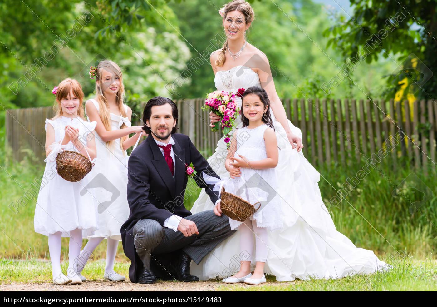 Hochzeitspaar Mit Blumenkindern Lizenzfreies Bild 15149483
