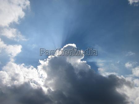 der himmel ist blau und das