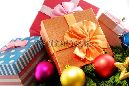 bunte geschenkboxen und weihnachtsbaum isoliert auf