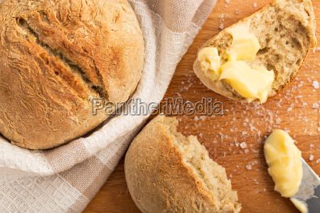 frisch gebackene broetchen mit butter und