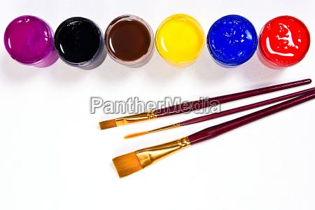 flaschen mit gouache farben und pinsel