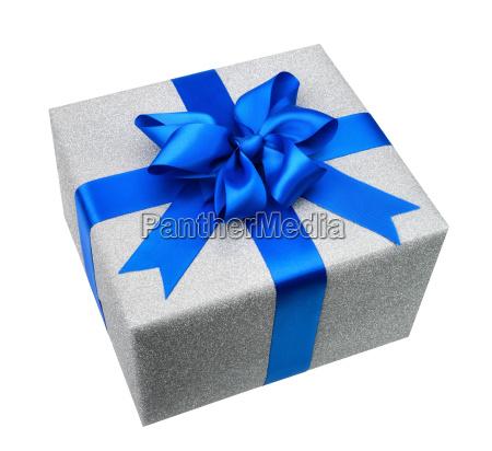 silber geschenkpaket mit eleganter blauer schleife