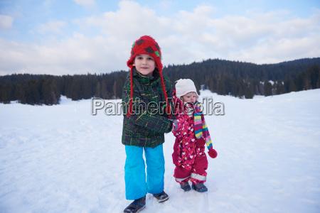 kinder die auf schnee laufen