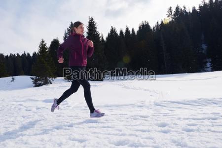 yougn frau joggen im freien auf
