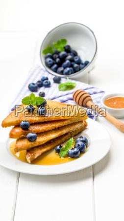 french toast suesses fruehstueck mit heidelbeeren