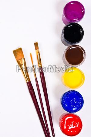 flaschen mit gouache farben und verschiedenen