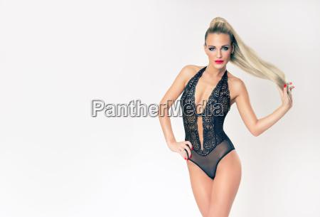 attraktive schlanke blonde maedchen in schwarzen
