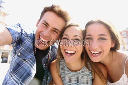 gruppe af teenage venner tager en