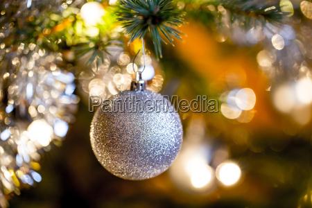 verzierter weihnachtsbaum mit silbernen kugeln