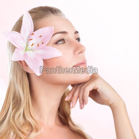 huebsches maedchen mit lilie blume
