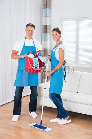 reiniger mit reinigungsgeraete