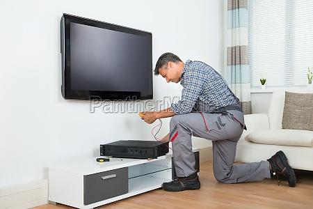 techniker installieren tv set top box