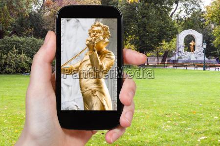 schnappschuss der johann strauss statue in