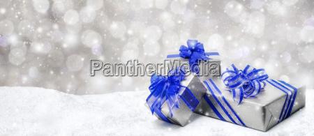 weihnachtsgeschenke in blau und silber