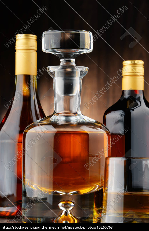 flaschen sortierte alkoholische getränke und glas - Stockfoto ...