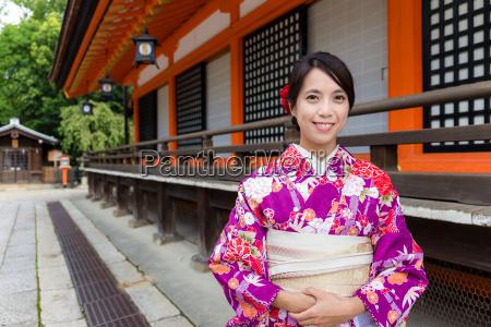 japanische frau mit traditionellem japanischem kostuem