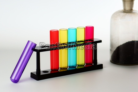 reagenzglaeser mit alter chemieflasche