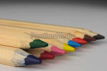aufgereihte farbstifte mit schaerfeverlauf