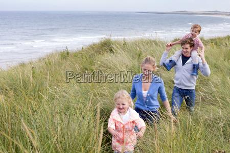 glueckliche kleine familie
