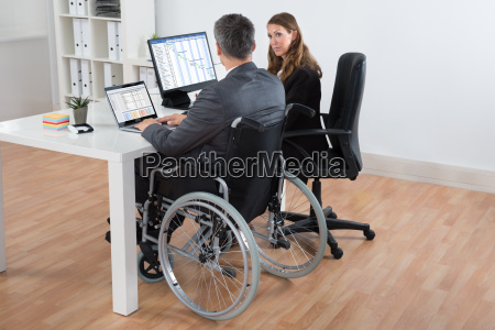 geschaeftsmann und unternehmerin arbeitet am computer