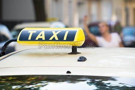 frau die arm anhebt um taxi