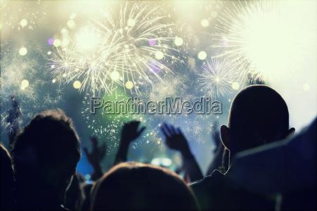 neujahrskonzept jubel und feuerwerk