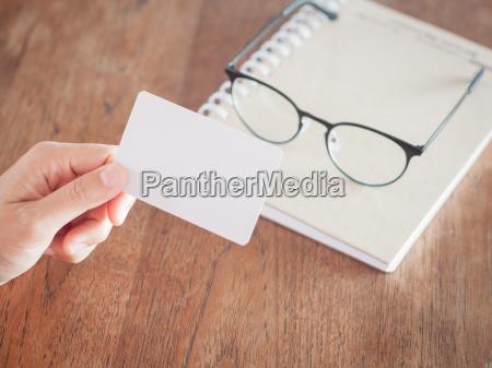 frau halten leere visitenkarten