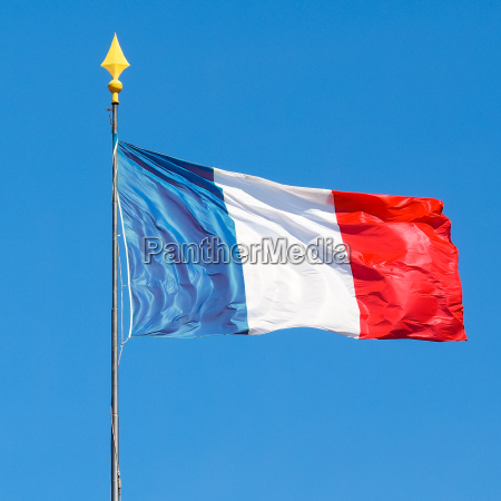 flagge von frankreich mit blauem himmel