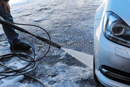 winterliche autowaesche ein mann waescht