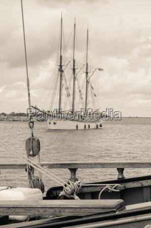 altes segelboot im hafen sepia