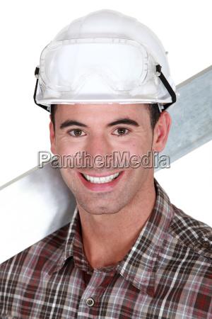 gut aussehend handwerker laechelnd