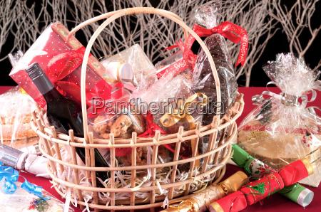 weihnachten behindern korb mit keksen schokolade