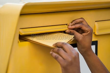 die hand person einfuegen brief in