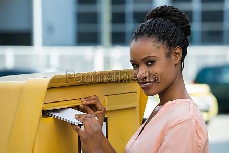 frau einfuegen brief in mailbox