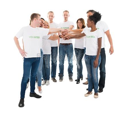 gruppe multiethnic freiwillige stacking haende