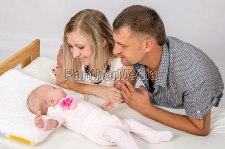 mama und papa mit einem laecheln