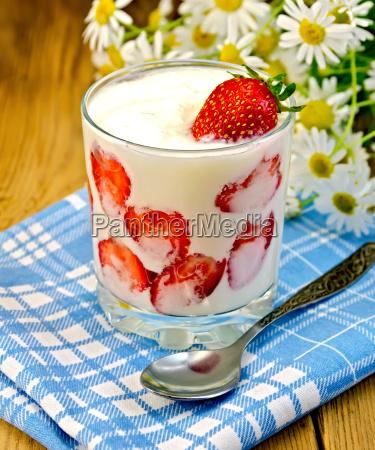 yogurt thick with strawberries and daisies