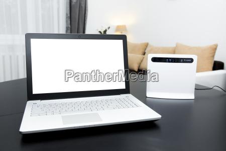 laptop mit leeren bildschirm und wlan